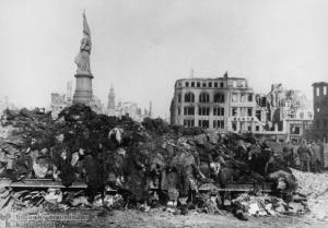 Nach den alliierten Luftangriffen vom 13./14. Februar 1945